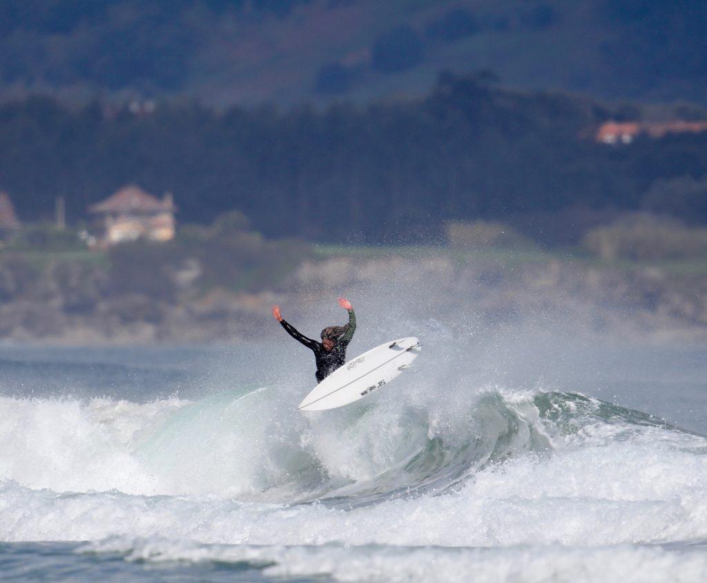 Leti Canales surfeando